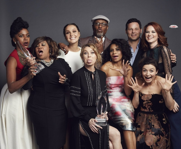 the-cast-of-greys-anatomy-pose-for-a-group-photo